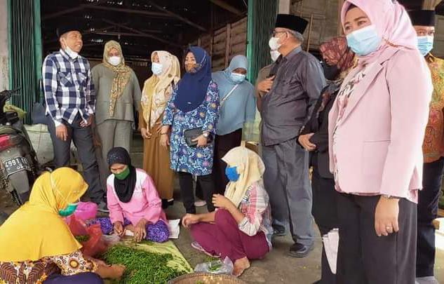 Ketua Komisi III DPRD Kota Bengkulu dan rekan anggota dewan memastikan harga cabe di pasar stabil, Senin (12/4) siang. [Foto: Sientia/rif]